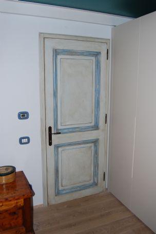 Porta interna invecchiata laccata colore azzurro porte per interni in legno lavori svolti - Pitturare porte interne ...